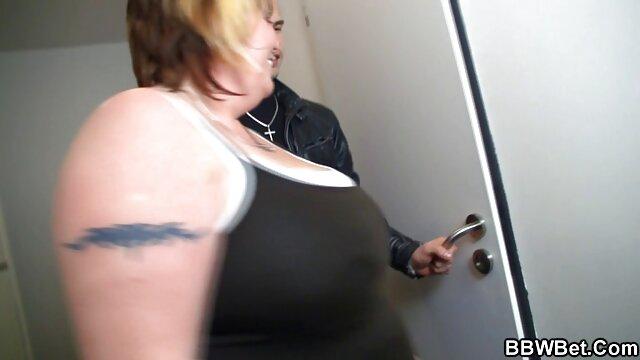 مرد سیاه و سفید صورت خود فیلم بکن را در الاغ بزرگ از یک زن چاق در یک تی شرت به خاک سپرده شد و لیسید سوراخ او