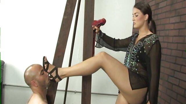 بانوی جوان با ران های بزرگ در جوراب ساق بلند کلیپ بکن بکن مقیاس های انتخاب شده در واژن را می گیرد