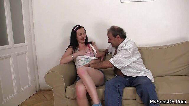 یک بانوی جوان را فراموش کرده به تراشیدن پوبیس او و امتداد او انتخاب سكسي بكن بكن شده در یک مهبل (واژن)