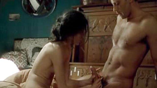 مامان در بدن و حلق آویز, سایت بکن بکن سکسی تصمیم به مکیدن یک لوله کش در لباس