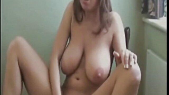 زن نوجوان در جوراب ساق بلند سیاه و سفید نوازش کلاه از طریق panties بکن بکن رایگان او