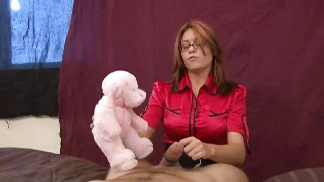 عمه با موهای قرمز با یک مجسمه نیم تنه بزرگ در حال فیلمسوپربکن انتظار برای معشوق را در جوراب ساق بلند و لباس زیر بنفش در هتل