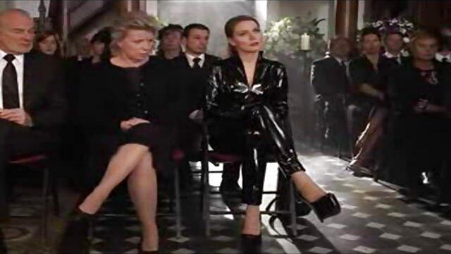 کلی تلاش می فیلمبکن کند با خروس سیاه بزرگ