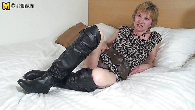 دارای موی سرخ در جوراب ساق بلند گناهان با یک دختر در یک میز فیلم بکبکن چوبی