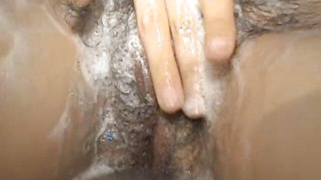 دختر ژاپنی در گلف سیاه و سفید برداشت یک پخش فیلم سوپر بکن بکن ژاکت در دامن و بیدمشک او