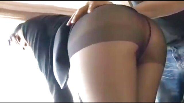 معشوقه در جوراب ساق بلند و پیش بند licks خانم فالوس فیلم سوپرایرانی بکن بکن و به او می دهد بیدمشک در آشپزخانه