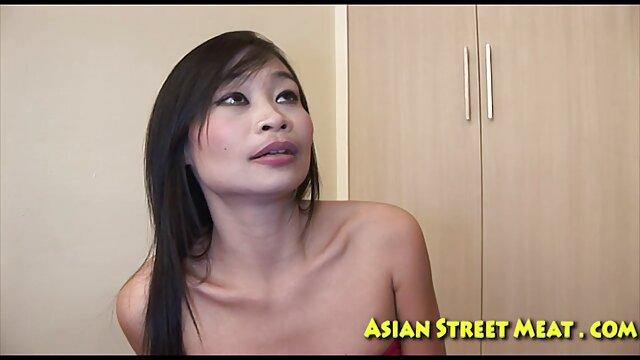 یک دختر نازک در شورت آبی جلب سوپر سکسی بکن بکن معشوقه اش با گونه و موافق به داشتن رابطه جنسی