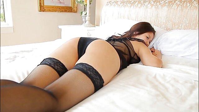 مدل نوجوان در ریخته گری نشان فیلمسکسی بکنبکن دادن مهبل (واژن) صورتی او