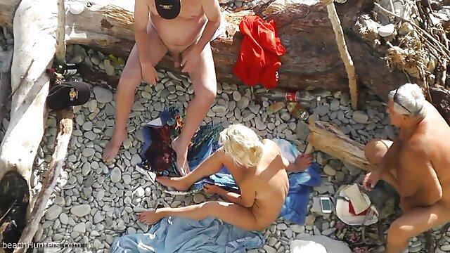 یک خیاط در شورت آبی از licks بیدمشک یک مشتری بد خلق در یک کت فیلم سکسی بکن بکن در اینستاگرام خز در آتلیه