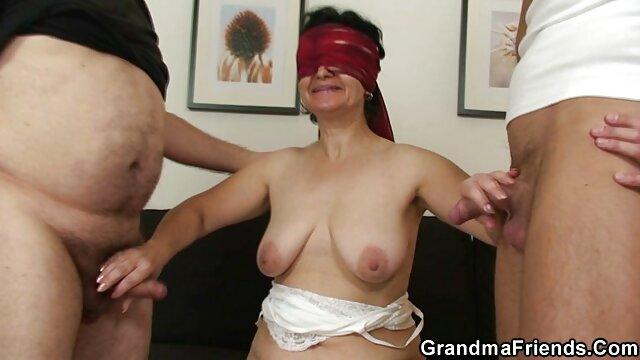 اپراتور طول واژن دختر را با یک کلیپ کوتاه بکن بکن دستگاه ریخته گری اندازه گیری می کند