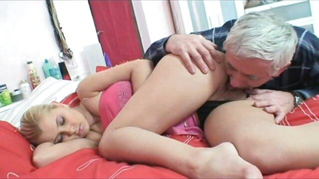 مرد فیلم سوپر بکنبکن از licks الاغ یک دختر با سینه های کوچک و درج یک پیچ بزرگ در بیدمشک او