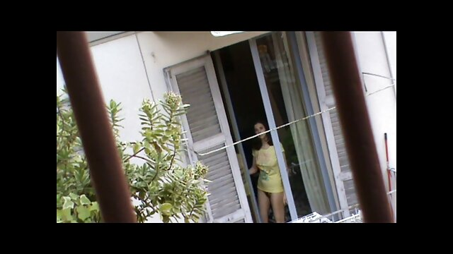 دو brunettes داغ از فیلم بکبکن اشکال ظریف جلق زدن یک مرد در مقابل دوربین