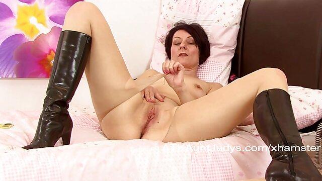 مادر چاق در لاتکس آشتی الاغ او را با یک پمپ و به تماشای رابطه جنسی مقعد دختر سکسیبکن با معشوق را