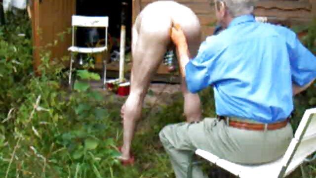یک ماساژ دهنده جوان از روسیه یک عضو را فیلمهای بکن بکن سوپر در الاغ یک مشتری با یک خال کوبی بر روی گردن خود گره خورده است