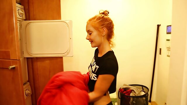 با موهای قرمز بانوی در حمام rukam کلیپ بکن بکن خارجی زد و آن را شسته با یک جت آب
