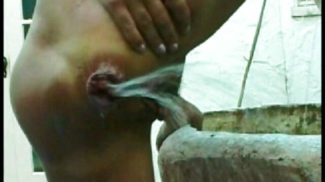دوست پانچ جوجه 18 ساله در الاغ و دست خود را در بیدمشک او گیر کرده کلیپ کوتاه بکن بکن