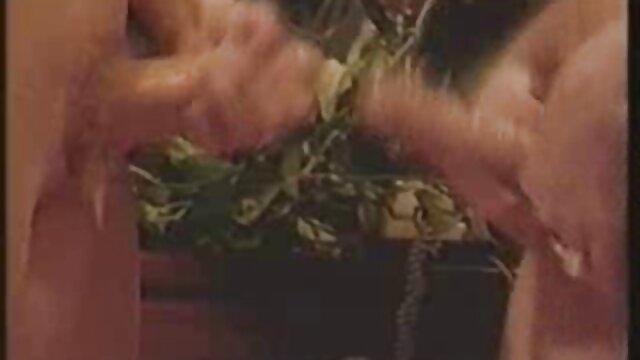 دختر با فیلم بکن بکن هندی موهای قرمز در شورت قرمز را پوشش می دهد الاغ مقعد