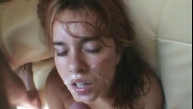 یک زن آسیایی در یک پیراهن فیلم سوپر سکس بکن بکن صورتی خودش را به یک عامل در ریخته گری در شمار مختلف داد