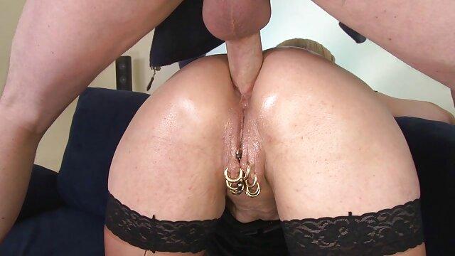 همسر بالغ در یک ژاکت kneads مقعد او فیلمسکسی بکنبکن را با یک اسباب بازی های جنسی می دهد و شوهرش هر دو سوراخ