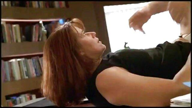 تنها دزد کاغذ برداشته الاغ آبدار فیلمهای بکن بکن خارجی در دوربین و درج انگشت خود را در الاغ
