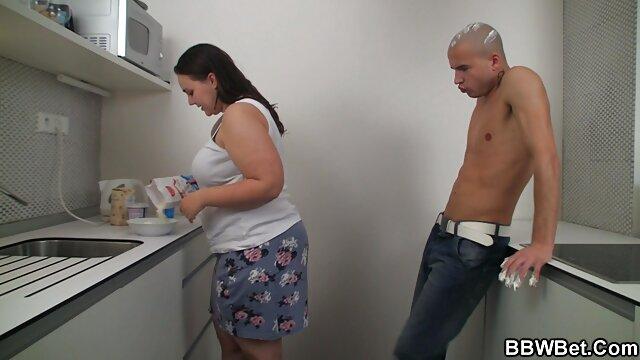 عروس فیلم بکن بکن با حال در لباس سفید و جوراب ساق بلند می دهد بیدمشک به داماد بهترین دوست در حمام