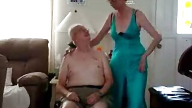 یک زن تغییر لباس در رختکن در ساحل کانال فیلم بکن بکن
