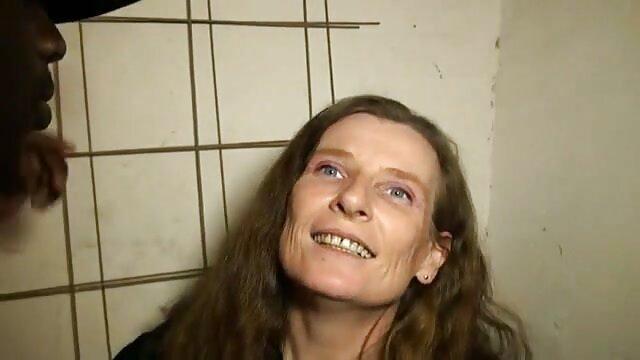 زن چاق با نونوجوانان معلق قرار داده شده یک وسیله ارتعاش و نوسان در بیدمشک سوپرهای بکن بکن او و نوازش الاغ بزرگ او